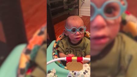 Le ponen gafas por primera vez y su tierna reacción emocionó a millones de personas