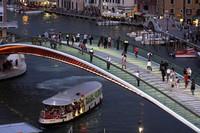 Venecia: el puente de Calatrava víctima de los graffiteros