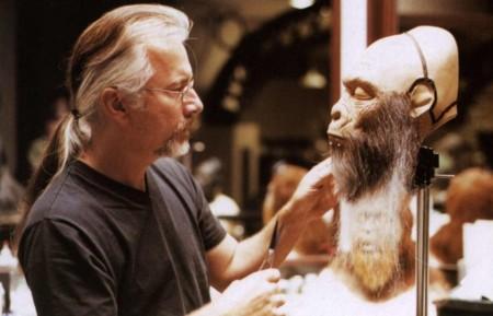 Rick Baker en su estudio creando una máscara para el remake de El Planeta de los Simios