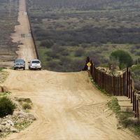 Cards Against Humanity tiene un plan para detener el muro de Trump: comprar parte de la frontera