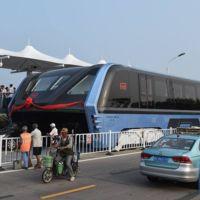 El Autobús Elevado de China parecía ser muy futurista, pero, ya es una realidad