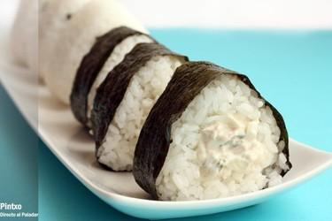 Receta de onigiri de atún y pepino encurtido