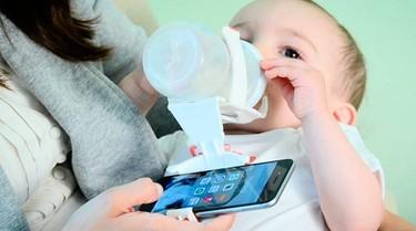 Inventan un artilugio que sirve para sujetar el móvil mientras tu bebé toma el biberón, ¿de verdad no puedes desengancharte?