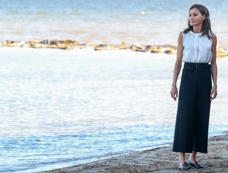 Este es el estilismo de Doña Letizia Ortiz que podría inspirarte para tu día a día durante la época de cambio (de armario)