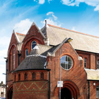 Iglesia abandonada transformada en una increíble casa urbana