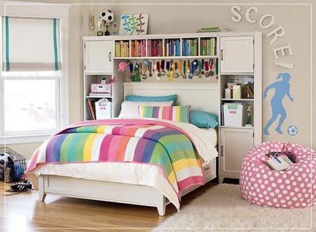 Una habitación infantil multicolor