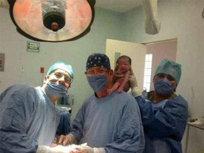 ¿Y si los médicos que atienden tu parto se hicieran una foto con tu bebé a hombros?
