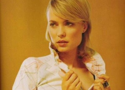 Radha Mitchell junto a Bruce Willis en 'The Surrogates'