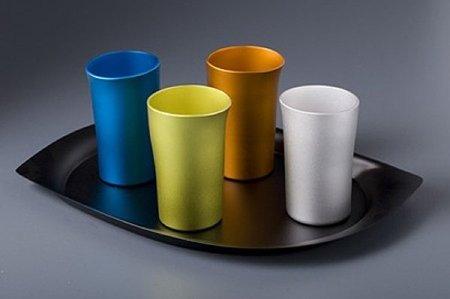 Vasos y jarras de aluminio de colores