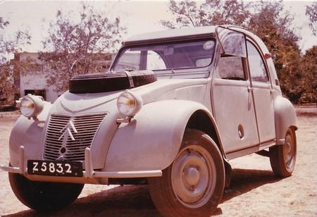 Una rara avis busca casa: a la venta un Citröen 2CV Sahara de 1965 que recorrió África huyendo de la guerra