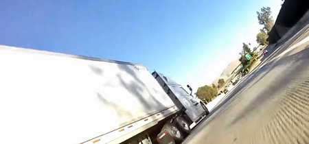 El motorista con más suerte de la historia y un camión enorme nos enseñan qué es un shimmy