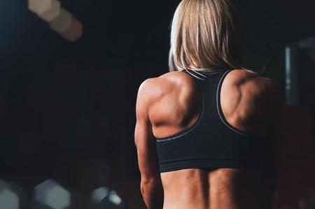 Entrenamiento de hombros para novatos en el gimnasio