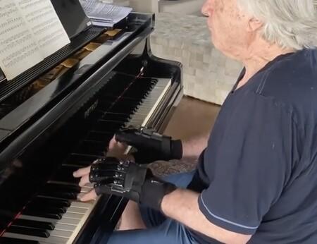 El pianista profesional que llevaba 20 años sin poder tocar el piano y que lo ha conseguido gracias a unos guantes biónicas