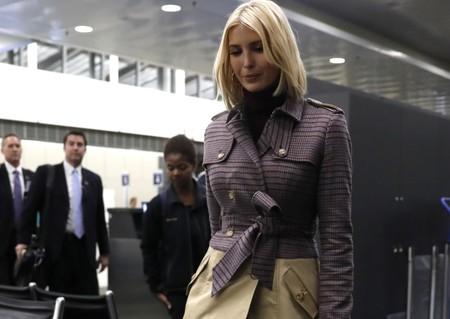 Ivanka Trump tiene el abrigo trench que parece un look completo de falda midi y así es como nos ha confundido