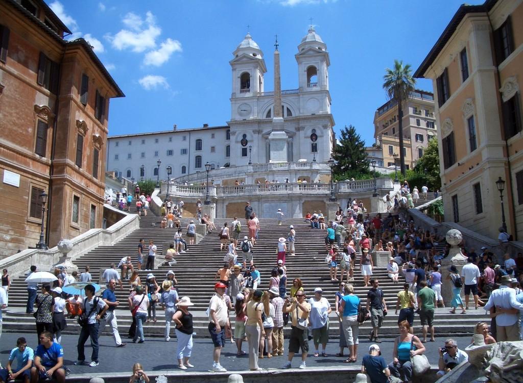 Roma prohibe sentarse en las escaleras de la Plaza de España