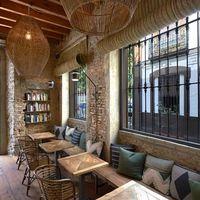 Paradas 7, un espacio diáfano con techos altos y decorado por MisterWils en Sevilla
