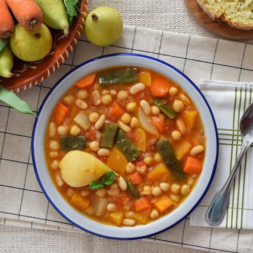 Receta de olla gitana murciana, el tradicional guiso huertano de legumbres con pera y hierbabuena