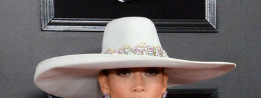 Grammys 2019: Jennifer Lopez se atreve con un sombrero XL en la alfombra roja