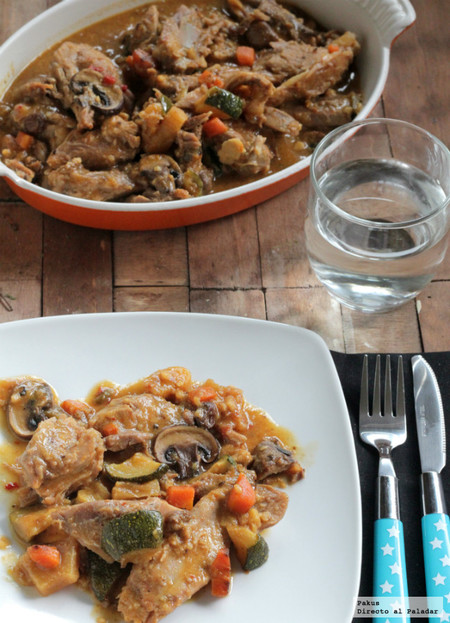 Codillo de cerdo asado y después guisado con hortalizas, receta de carne muy tierna