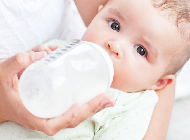 Cómo saber si mi bebé podría tener alergia a las proteínas de leche de vaca