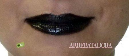 Maquillaje de Halloween: labios de colores con un perfilador de ojos y un gloss