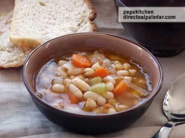 Fassolada o sopa de alubias. Receta griega