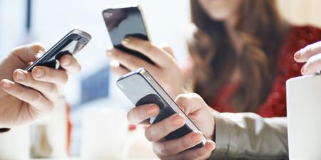 Esto es lo que hacen los colombianos con su celular durante el día