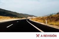 Si un conductor se queda en el carril central de la carretera, ¿podemos adelantarle por la derecha?