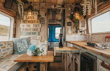 Esta furgoneta camper es una deliciosa casa sobre ruedas de estilo vintage, hasta con ducha alicatada