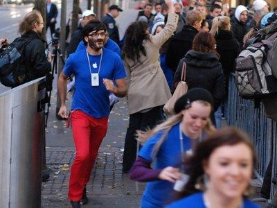 Y ahora, de gris: los empleados de las Apple Store volverán a cambiar de uniforme