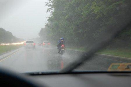 Consejos para conducir bajo la lluvia, si cantas ya es cosa tuya