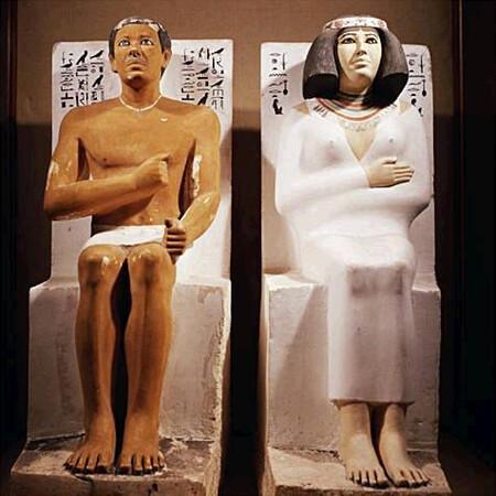 Estatuas de Rahotep Y Nofret en el Museo egipcio de El Cairo.