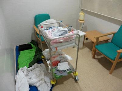 El indignante posparto de una madre cuidando de su bebé en el hospital: durmiendo en un saco