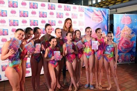 Gemma Mengual y el equipo de natación Sincro-Retiro presentan Barbie la Princesa de las Perlas