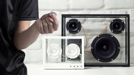 Transparent Speaker, comparativa de tamaños y vista del mando a distancia flic