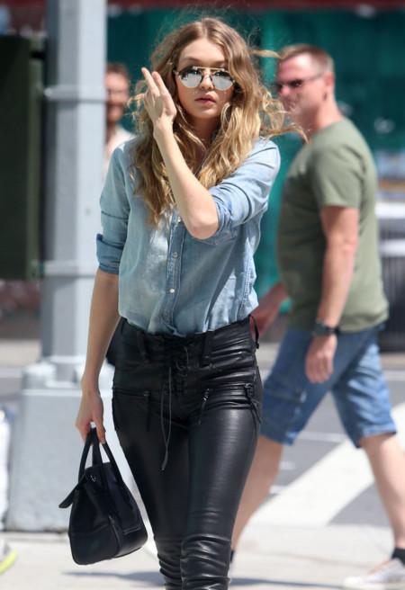 Gigi Hadid si que sabe combinar unos pantalones de cuero con una camisa vaquera y darle mucho rollo