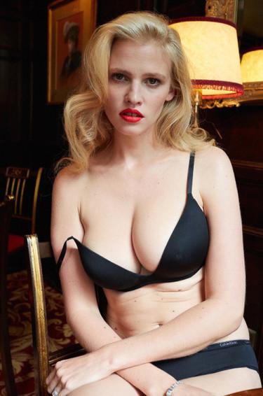 Una modelo posa desnuda un año después de ser madre con la condición de no usar Photoshop