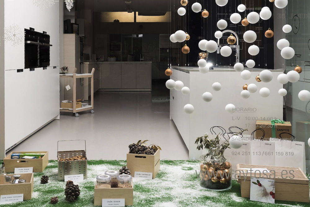 Tres inspiradoras ideas para decorar un escaparate en fiestas - Articulos para decoracion escaparates ...
