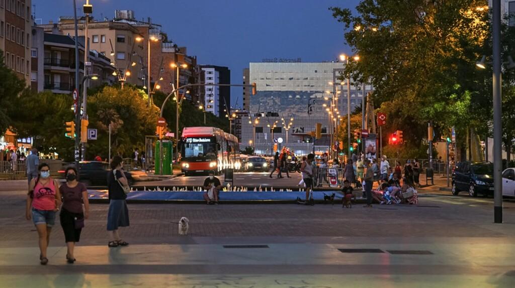 Toque de queda o prohibir comer en espacios públicos: vuelven las restricciones duras en Cataluña y Valencia pese a las hospitalizaciones bajas