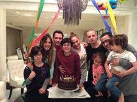 J-Lo y Marc Anthony juntos con pastel de cumpleaños de por medio