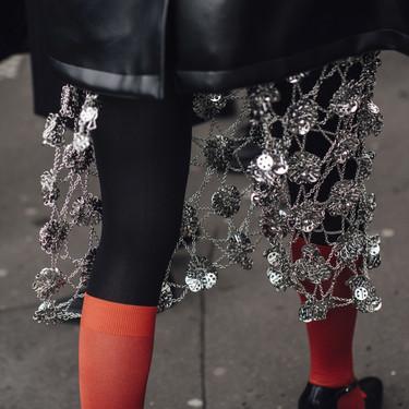 Las parisinas se encadenan a golpe de cotas de malla, convirtiéndose en las guerreras más estilosas