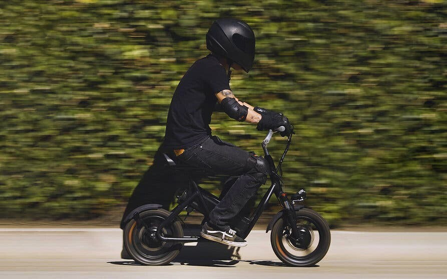 La EMOVE Roadrunner es una mini moto eléctrica con hasta 80 kilómetros de autonomía y cabe en un maletero