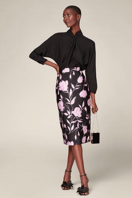 Falda lápiz de brocado con diseño floral con abertura posterior. Cierre de cremallera lateral oculto.