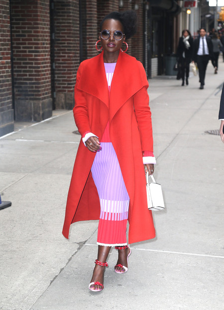 Lupita Nyongo look rojo y rosa street style