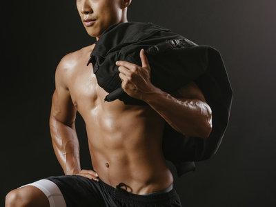 Logra un abdomen de acero con estos cinco ejercicios con sandbag o saco de arena