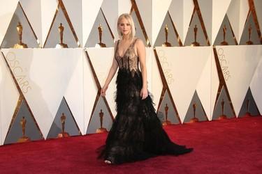 Lo bueno se hace esperar y Jennifer Lawrence causa sensación en la alfombra roja de los Oscar 2016