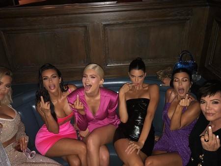 Kylie Jenner celebra su cumpleaños en un evento mediático donde su look (y el de Kim Kardashian) son los protagonistas