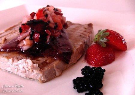 Atún con pimientos caramelizados y tartar de fresas. Receta