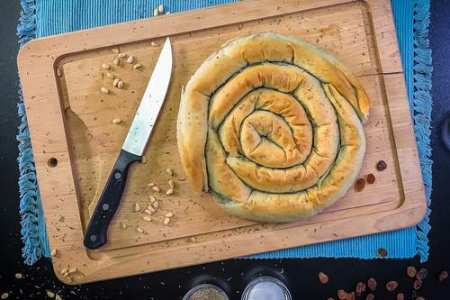 Spanakopita o pastel griego de espinacas, pasas y queso feta, receta vegetariana (que os traemos en vídeo)