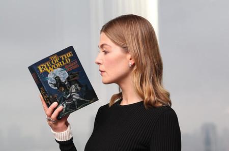 'La rueda del tiempo' encuentra su protagonista: Rosamund Pike se une a la ambiciosa adaptación de Amazon